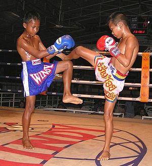 Deux jeunes boxeurs de boxe thaï